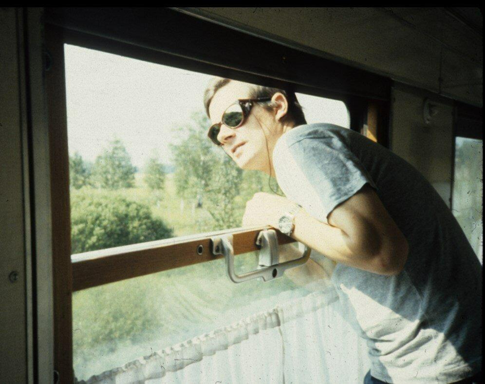 04. Рей Каннингэм выглядывает из окна вагона где-то в Сибири