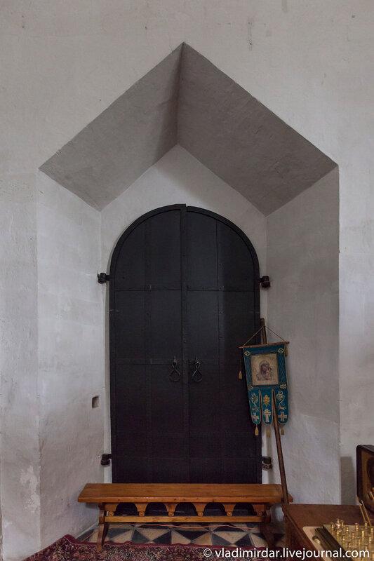 Врата в придел во имя бессребреников  мучеников Кира и Иоанна (зимний)