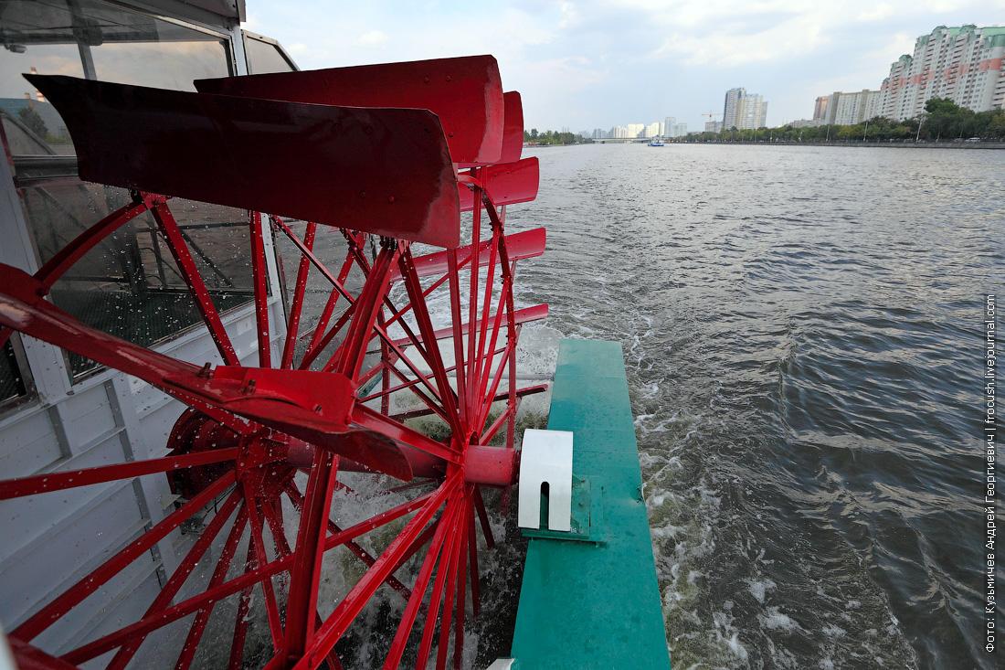 теплоход КолесовЪ идет по Москве-реке
