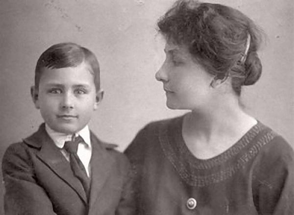 Анна Васильевна с 8-летним сыном Одей. 1922 г.