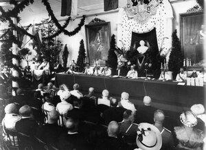 Группа участников празднования 200-летия Ботанического сада. Стол президиума и часть зала.