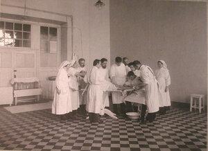 Врачи и сестры милосердия за работой в операционнойраспределительного госпиталя,устроенного в помещении 1-го винного склада.