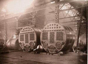 Служащий судостроительного завода общества в одном из цехов у котлов, предназначенных для транспорта Алеут.
