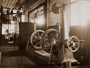 Вид станка по одной из операций по изготовлению колесных пар паровозов, произведенного Обществом бывшего Фельзера и Ко в Риге,  в одном из цехов мастерской.