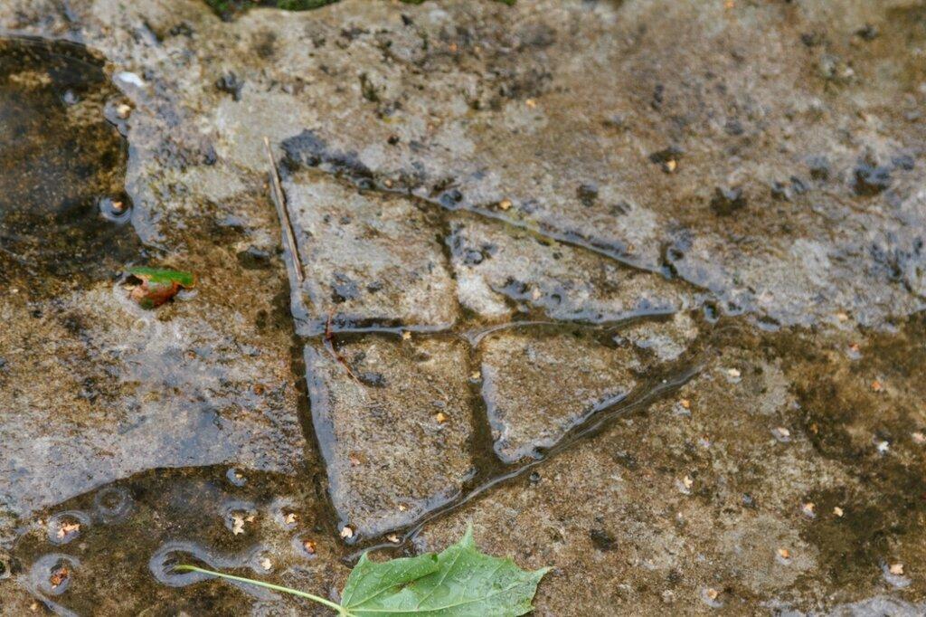 """Знак-""""вавилон"""" на надгробной плите, Изборск"""