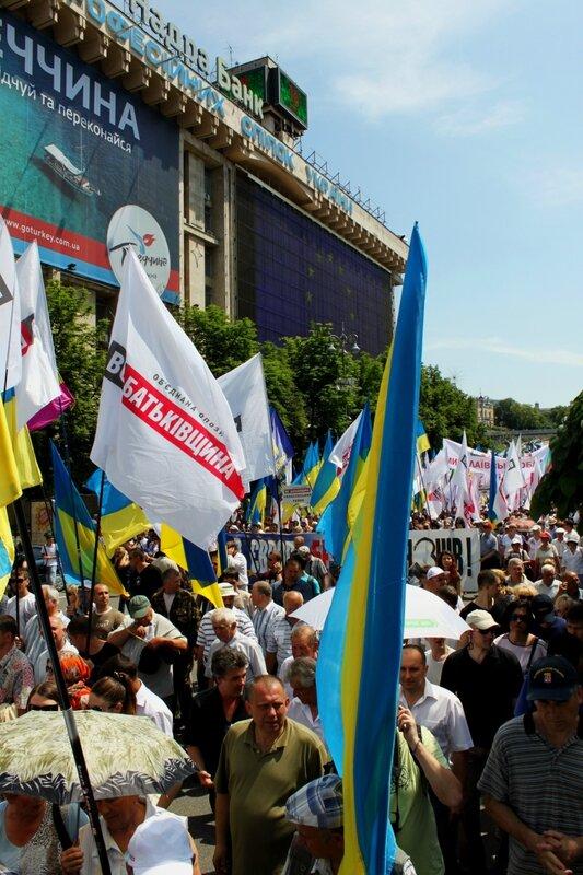 Участники шествия Повстань,Україно на Михайловской