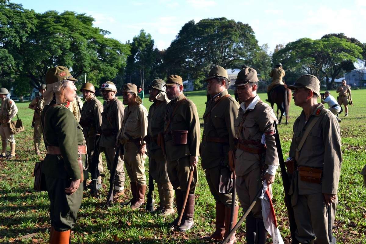 Любители военной истории в форме солдат японской армии на филиппинском острове Батаан