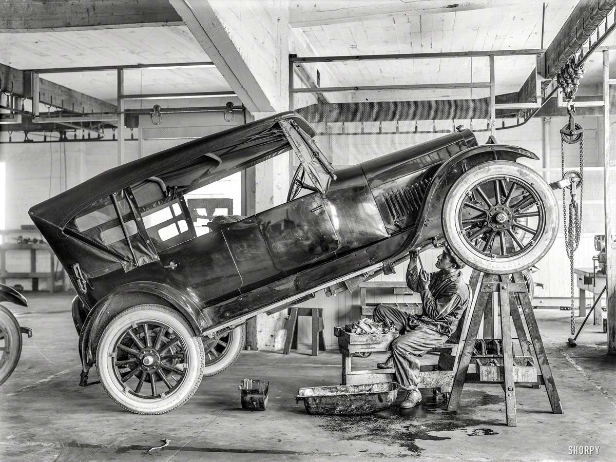Автомобиль Studebaker в процессе ремонта в автомастерской в Сан-Франциско (1919 год)