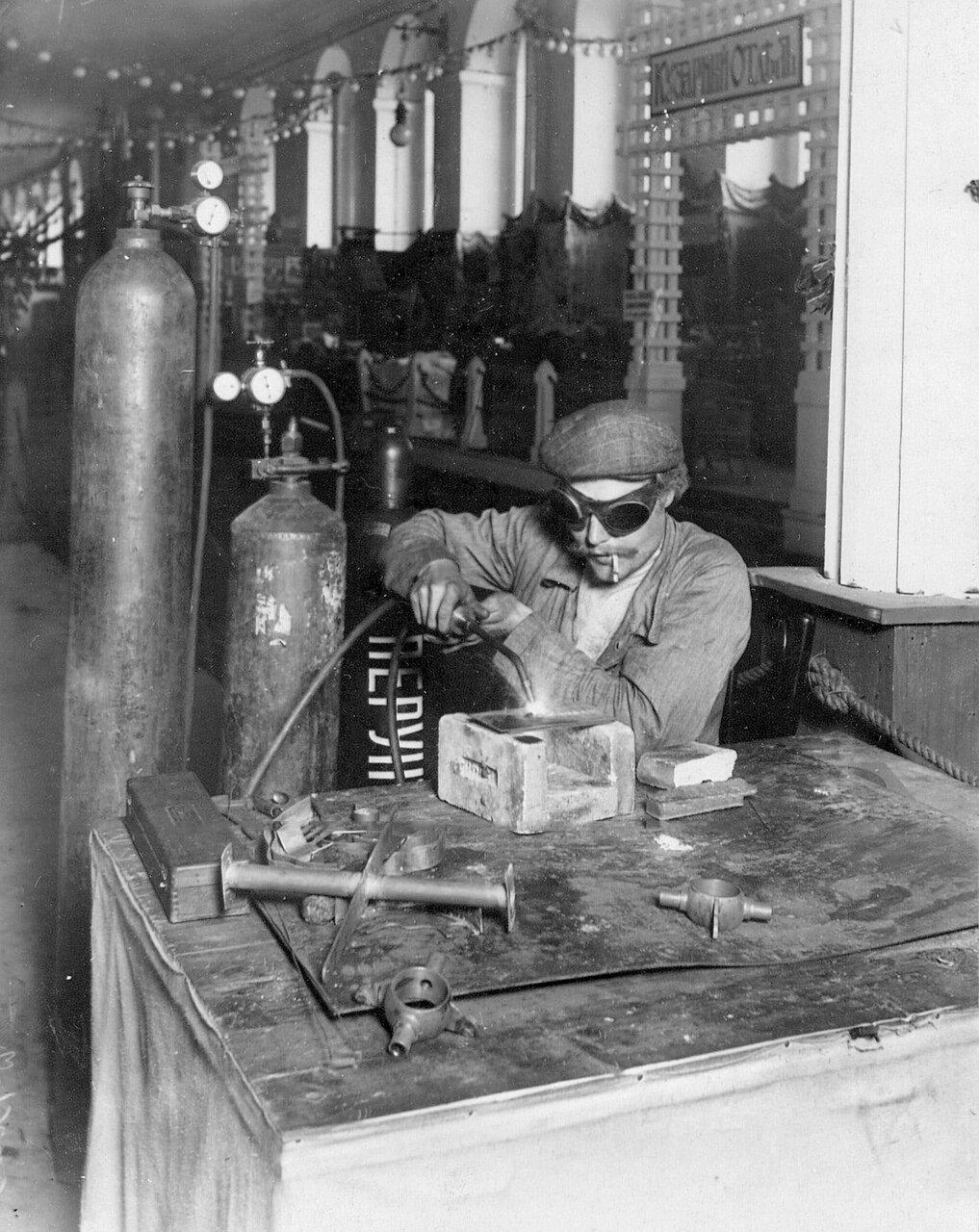 30. Демонстрация газовой резки металлов в выставочном зале
