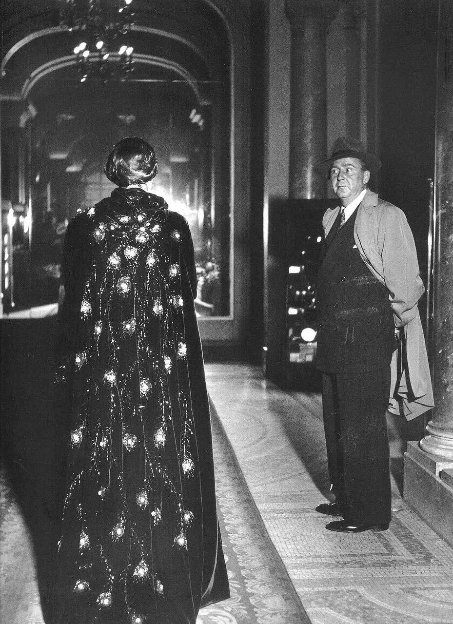 1947. Женщина идет