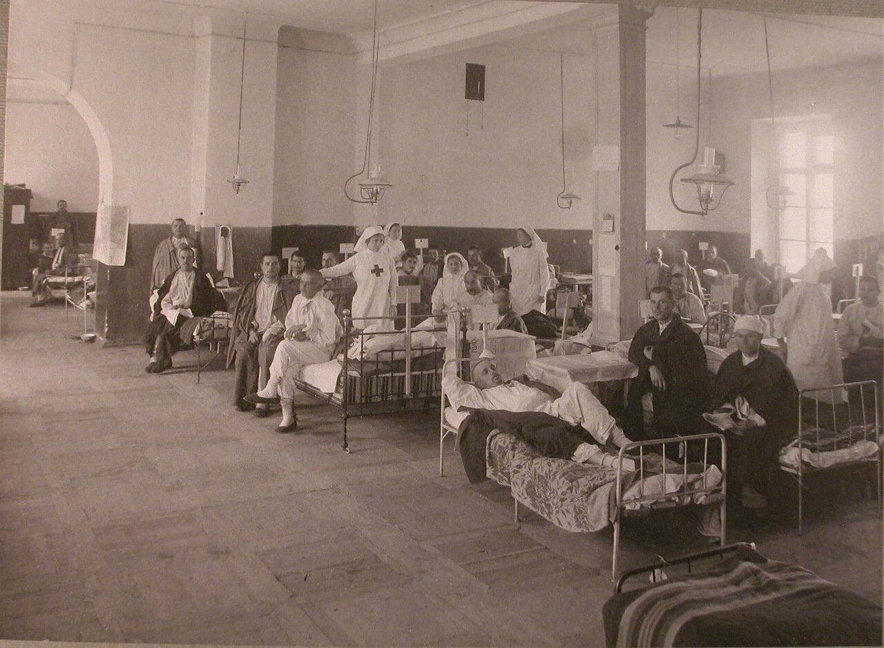 26. Медицинский персонал и раненые в палате лазарета при Императорском Техническом училище