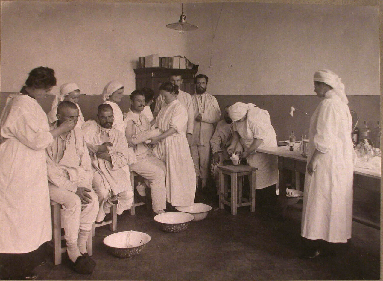 11. Медицинские сестры делают перевязки раненым в перевязочной лазарета,устроенного во 2-м Донском городском училище