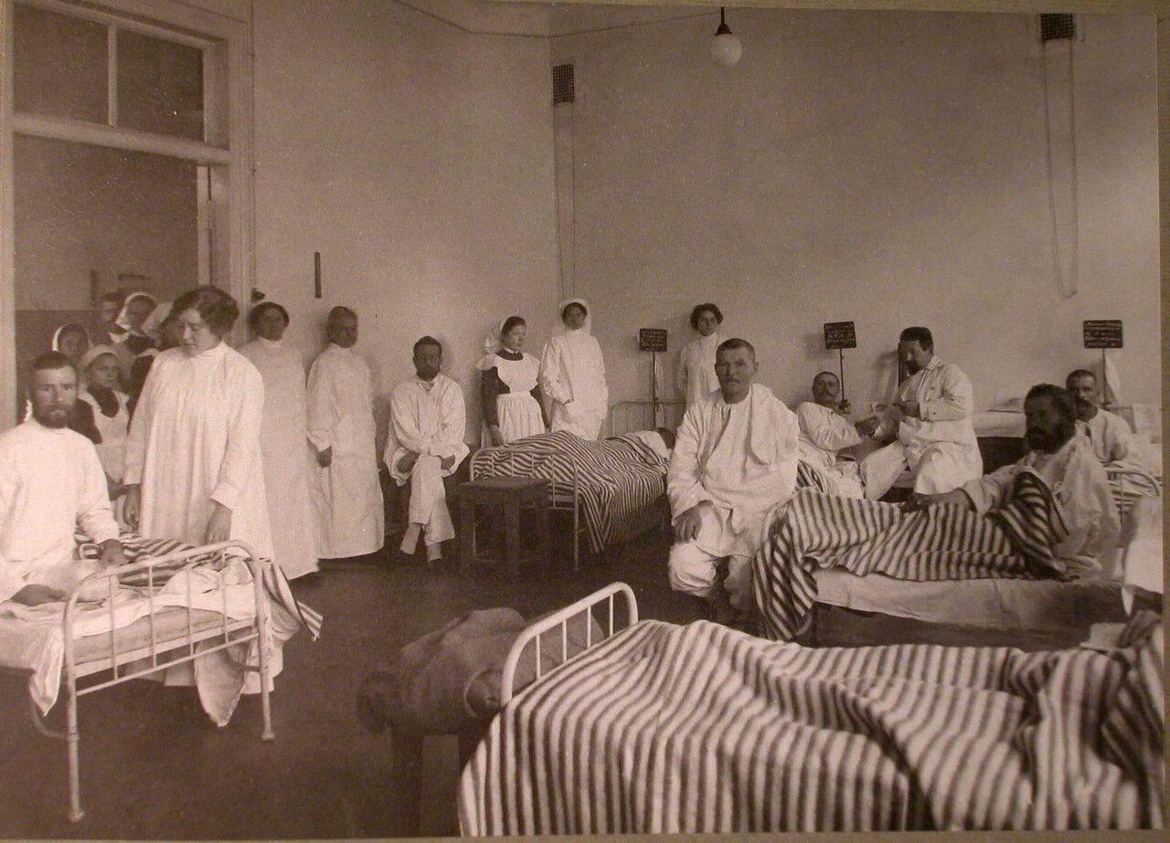 27. Раненые и медицинский персонал в палате лазарета Прохоровской мануфактуры