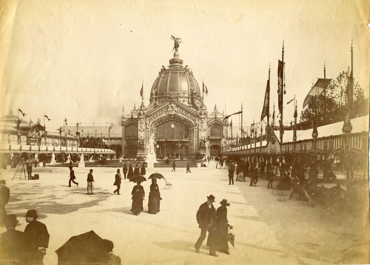 На площади у центрального здания Выставки