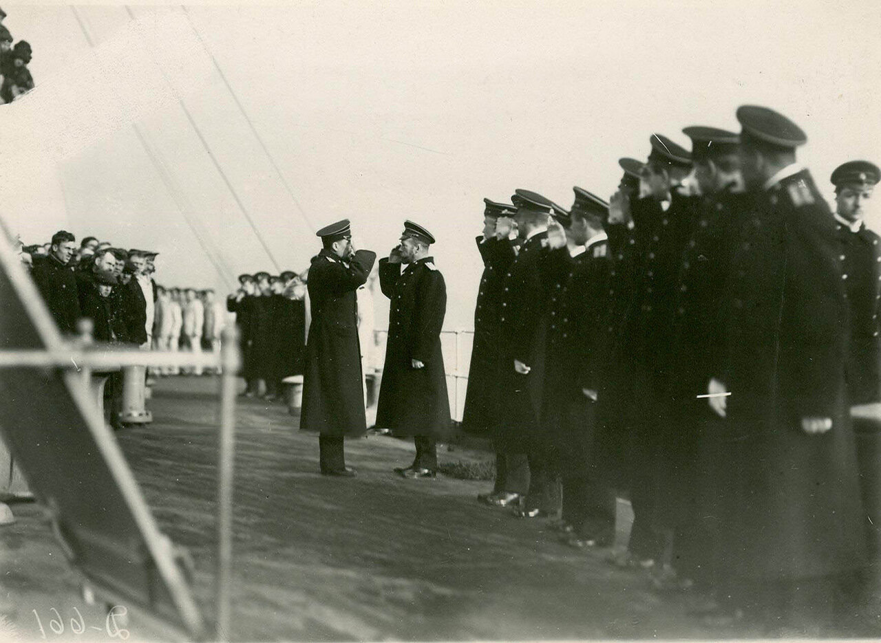12. Император II принимает рапорт командира корабля об окончании строительства линкора