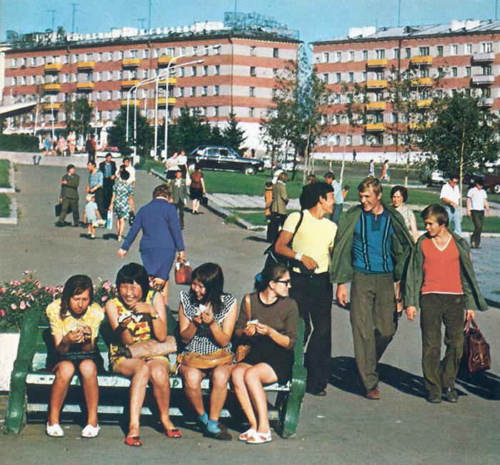 На улицах Улан-Удэ хорошо заметна этническая неоднородность региона мелькают и бурятские, и славянские лица