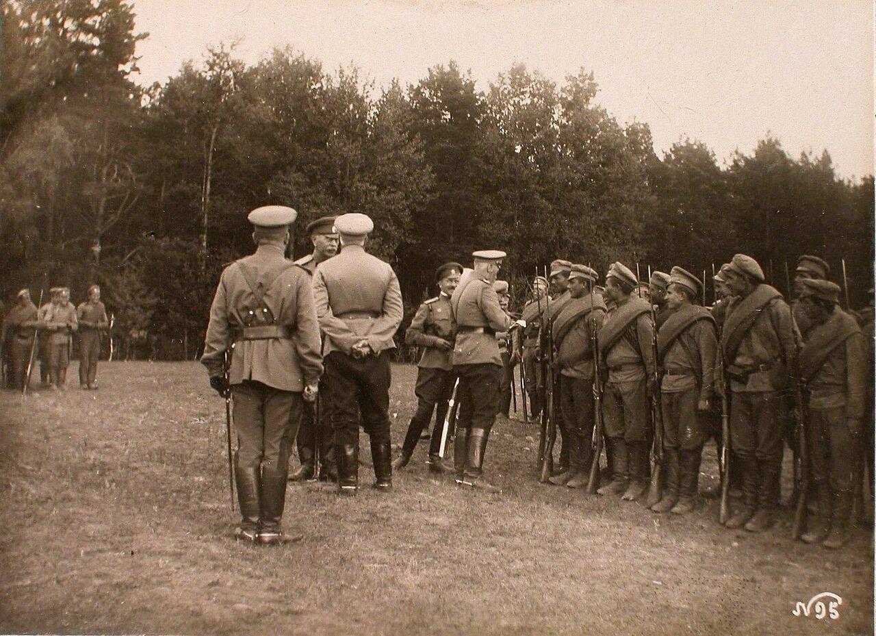 10. Великий князь Георгий Михайлович с группой офицеров во время вручения Георгиевских крестов нижним чинам части 24-го армейского корпуса
