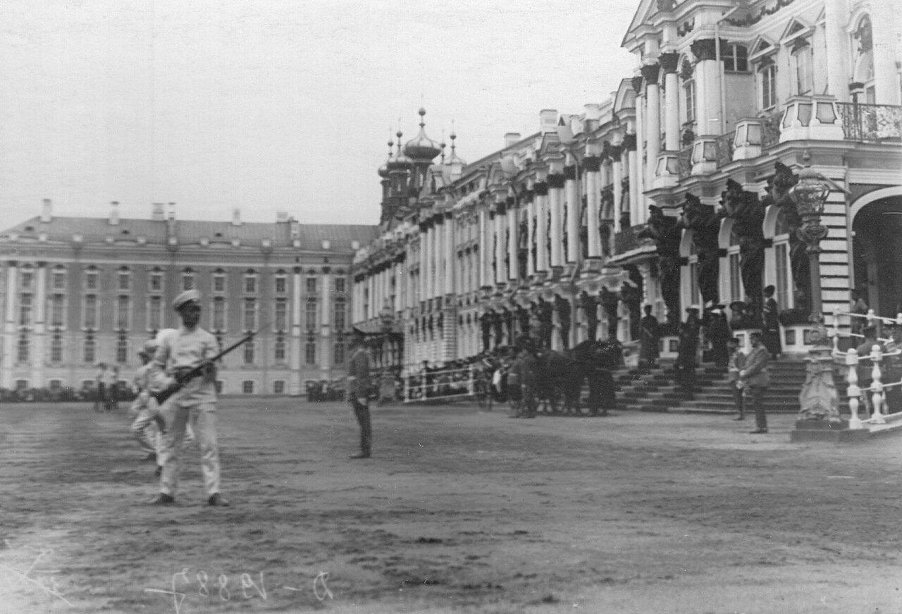 02. Выполнение гимнастических упражнений учащихся на площади перед Екатерининском дворцом