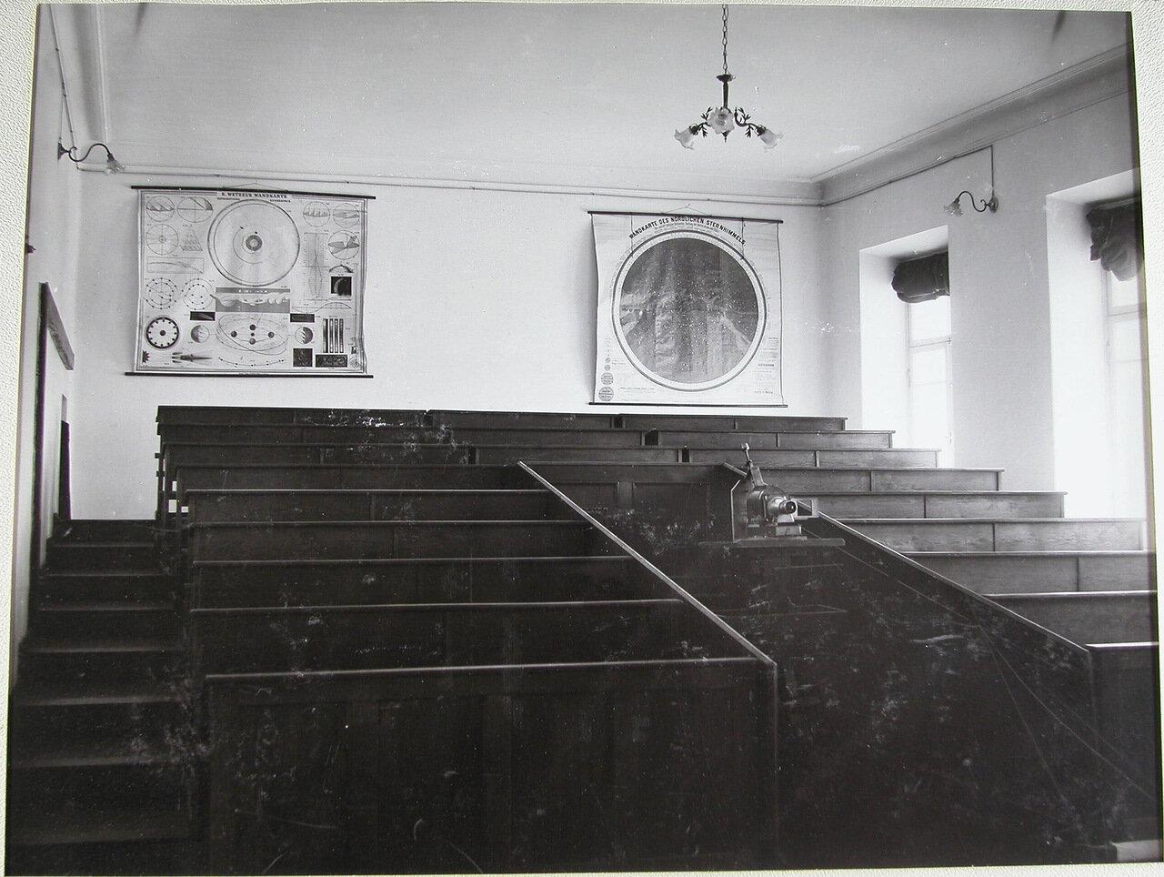 24. Аудитория, оборудованная специальным аппаратом для просмотра диапозитивов