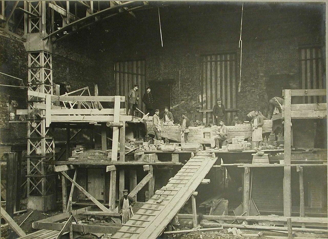 04. Рабочие за кладкой сталелитейных печей в одном из строящихся заводских цехов. 19 августа 1909