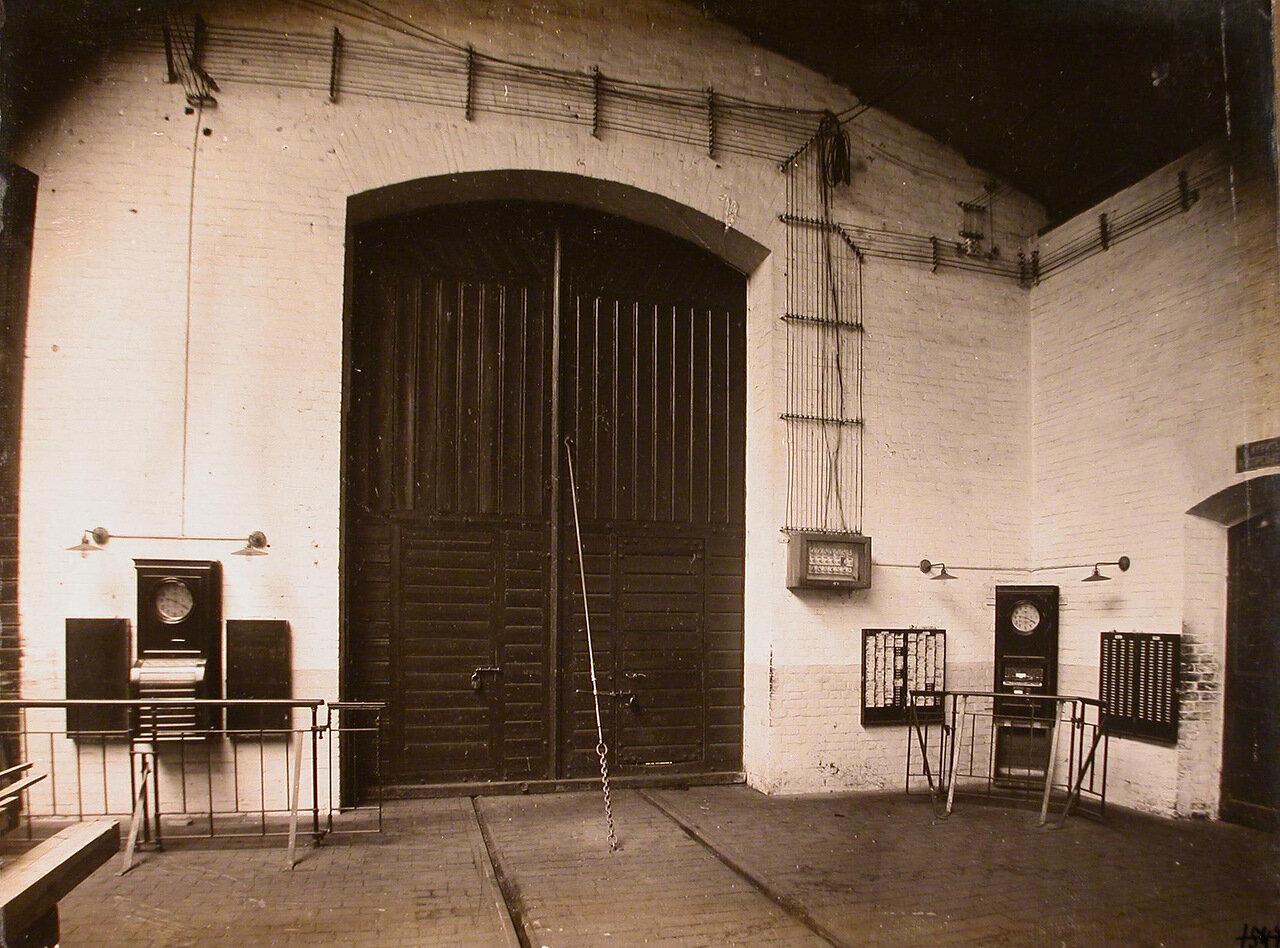 13. Вид счетчиков и двери, ведущей в один из цехов мастерской