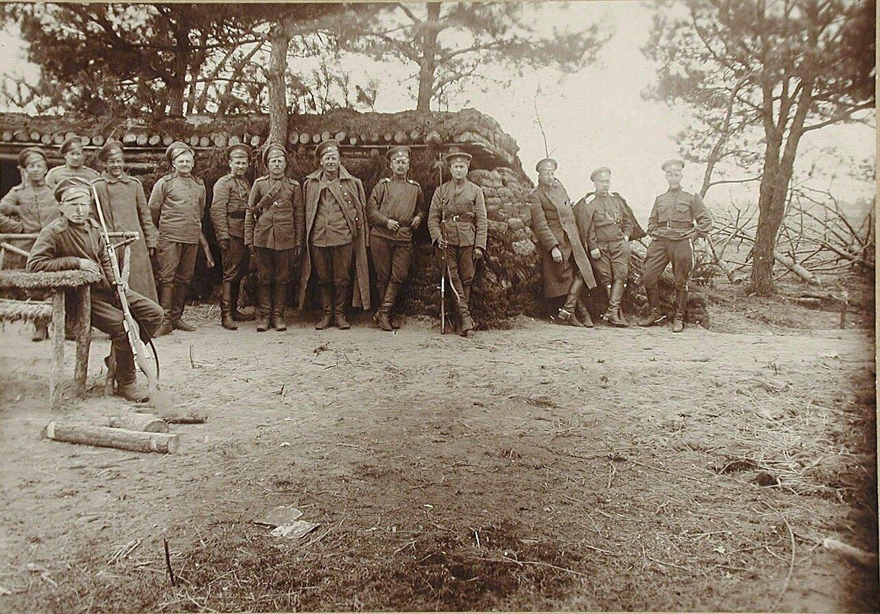 14. Солдаты и офицеры II-го эскадрона гусарского полка у землянки в военном лагере