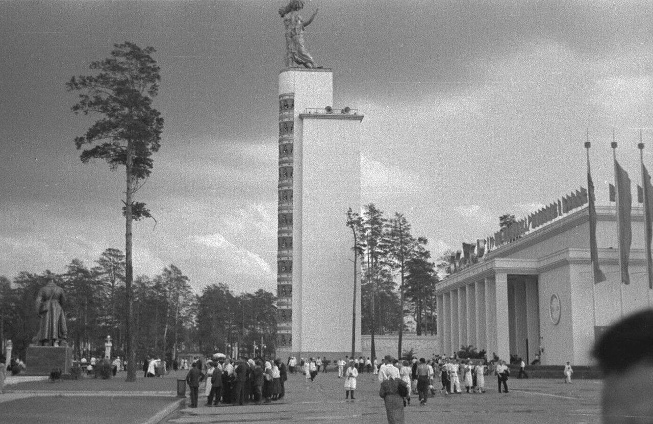 78. Стела Конституции возле Центрального павильона «СССР»
