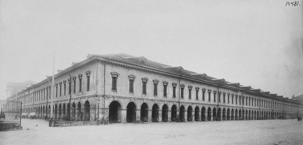 Старый Гостиный двор на набережной Малой Невы