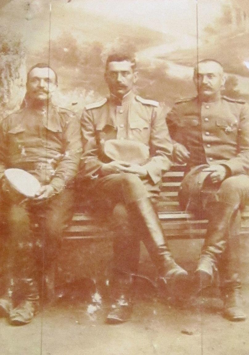 Военный ветеринар драгунского полка В. С. Ляшевский (в центре) с сослуживцами. 1915 год.