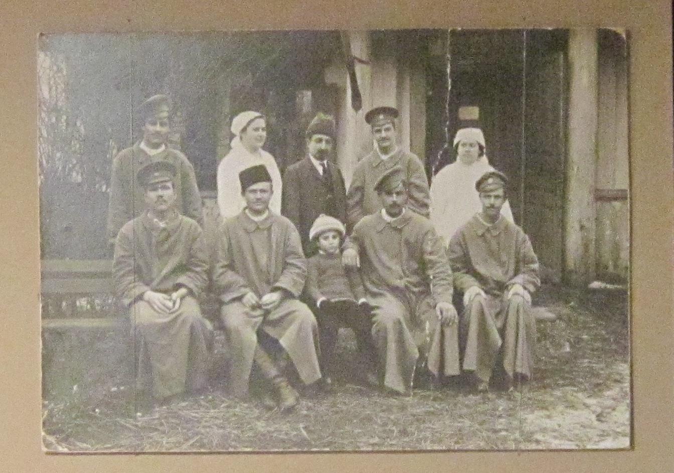 Семья Чахирьян среди раненых в своём лазарете. Город Нахичевань-на-Дону.