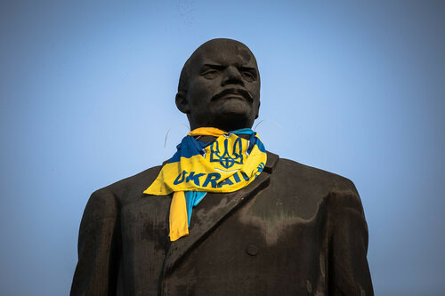 epa04353995 The statue of former Soviet leader Vladimir Lenin dressed with a Ukrainian national flag stands in the eastern Ukrainian city Kramatorsk, Ukraine, 14 August 2014.  EPA/ROMAN PILIPEY