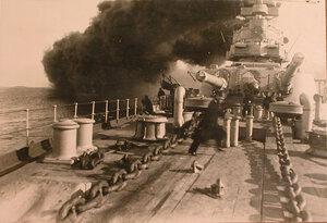 Офицеры у артиллерийского орудия линейного корабля Севастополь.
