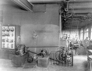 Электромоторы, обслуживающие станки словолитни.