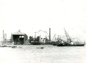 Украшенные флагами корабли перед Балтийским заводом по случаю спуска на воду линейного корабля Севастополь.