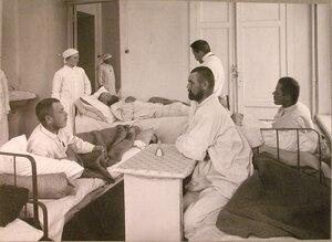Раненые в одной из палат лазарета при Женском медицинском институте.