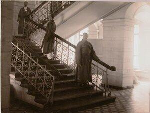 Раненые на лестнице в вестибюле госпиталя.