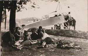 Группа военных отряда за обедом вблизи аэродрома.