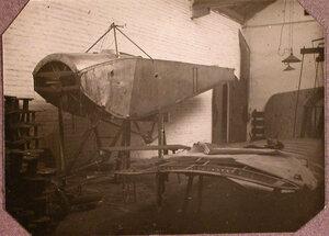 Вид части аэроплана Ньюпор II корпусного авиационного отряда в помещении подвижной авиационной мастерской во время ремонта.