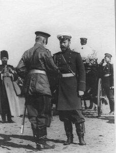 Император Николай II во время беседы с генерал-адъютантом бароном Ф.Е.Мейендорфом - командиром 1-го армейского корпуса.