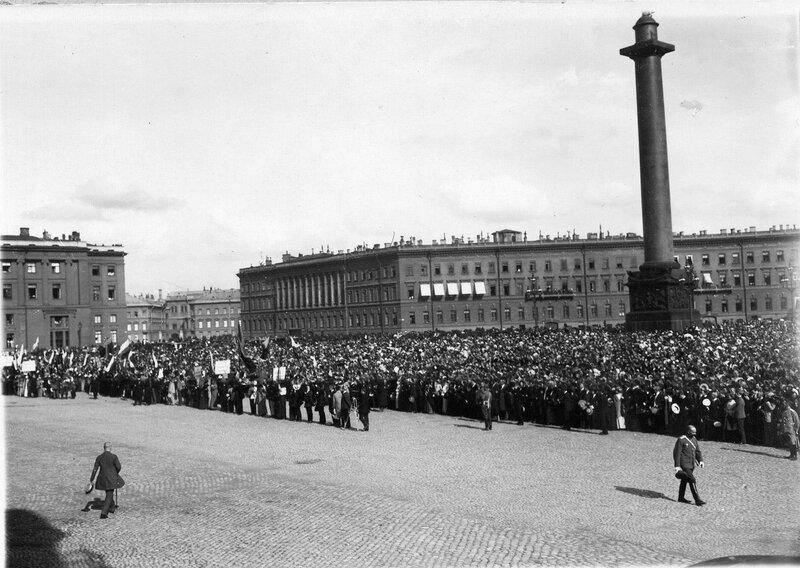 На Дворцовой площади во время чтения манифеста об объявлении войны.