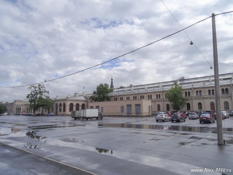 Варшавский вокзал и стоянка перед ним