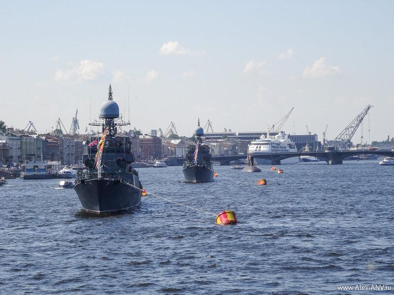 А если пройти чуть подальше по мосту, то можно увидеть весь парад кораблей ВМФ.