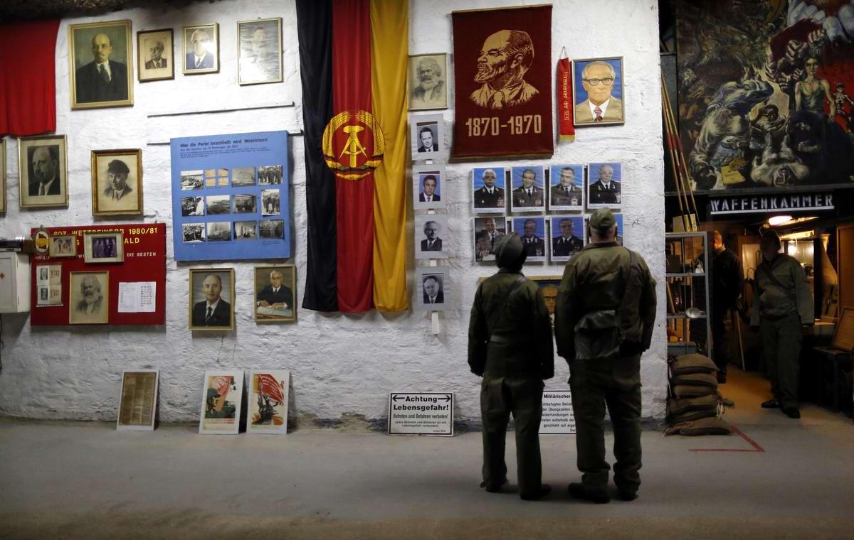 Гости разглядывают надписи и плакаты главной экспозиции