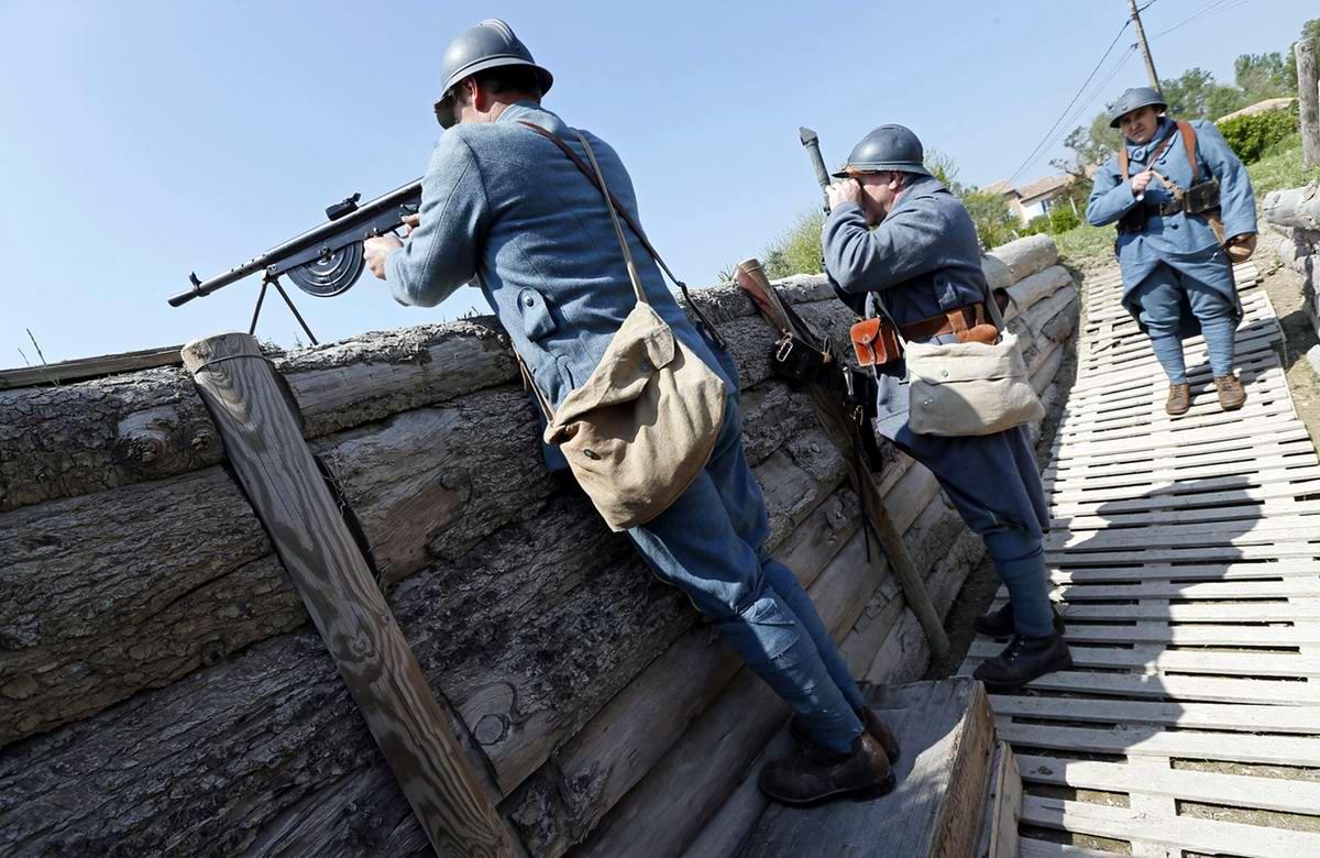 Участники реконструкции в французской форме времен Первой мировой войны разыгрывают постановку процесса ведения позиционной войны вблизи Авиньона на юге Франции