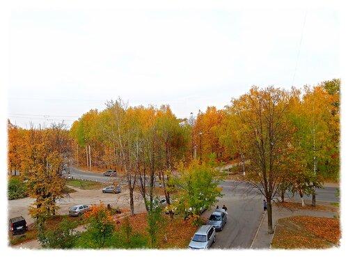 Рыжая осень гуляет по городу..
