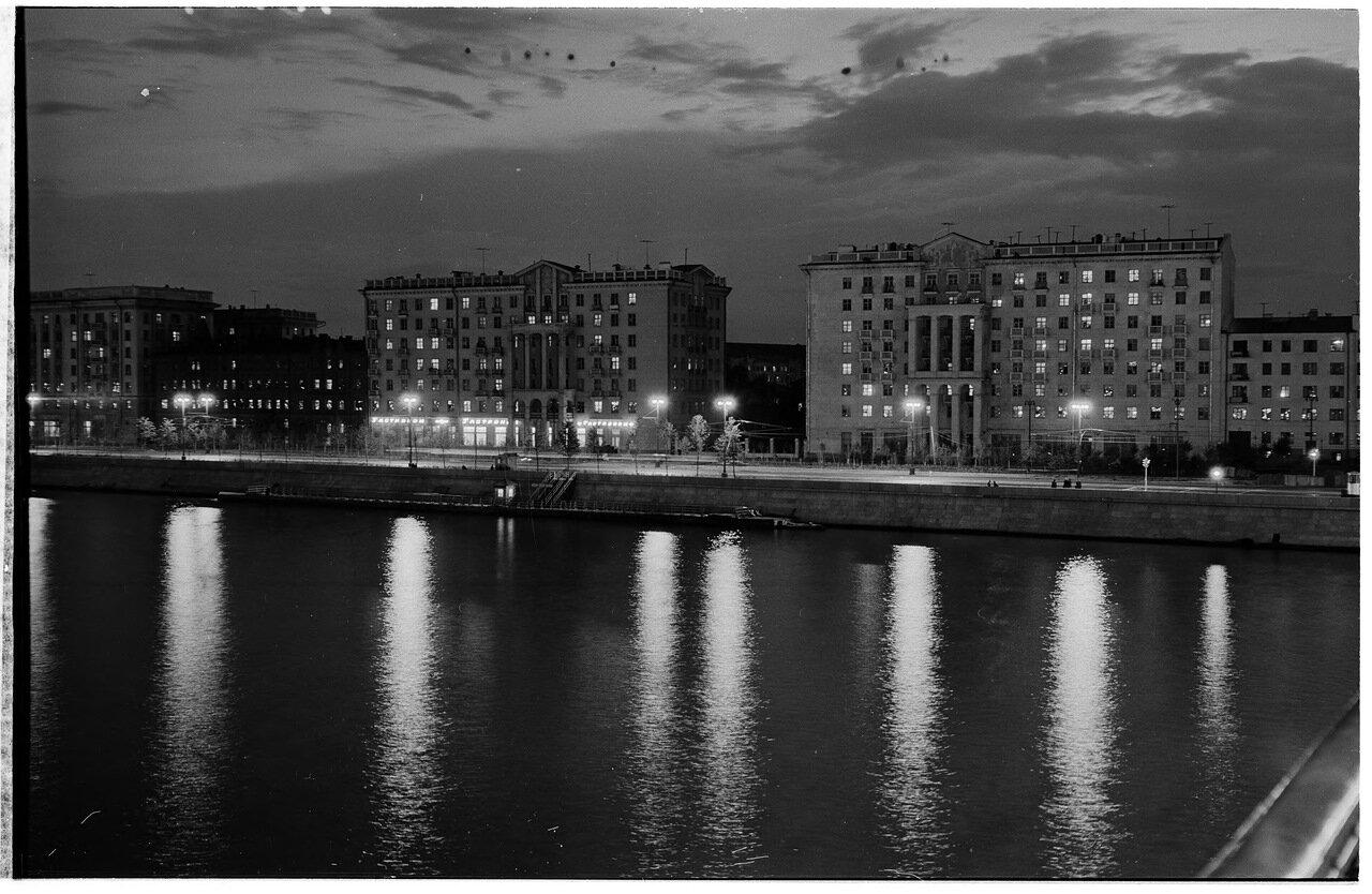 Фрунзенская набережная ночью