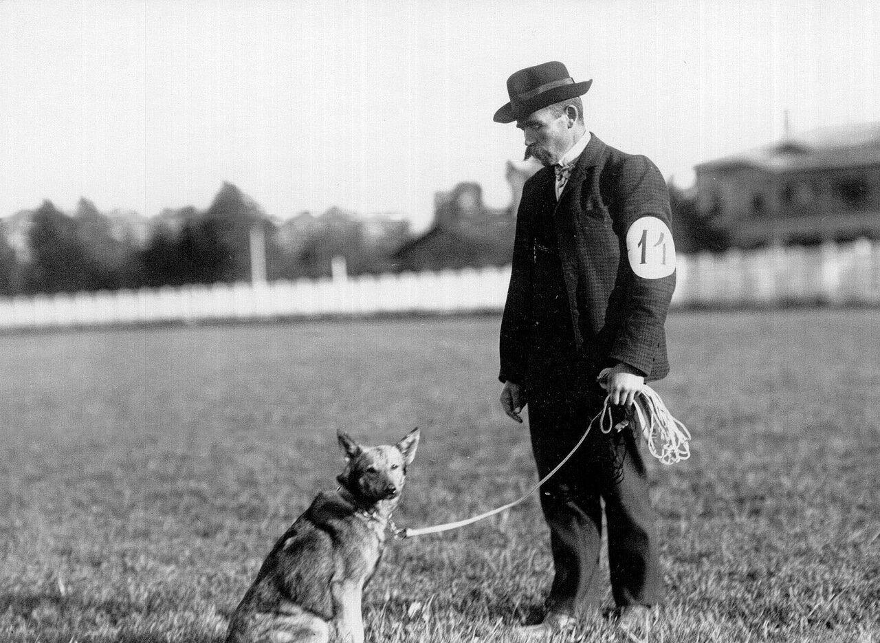14. Владелец собаки с собакой № 14 на плацу