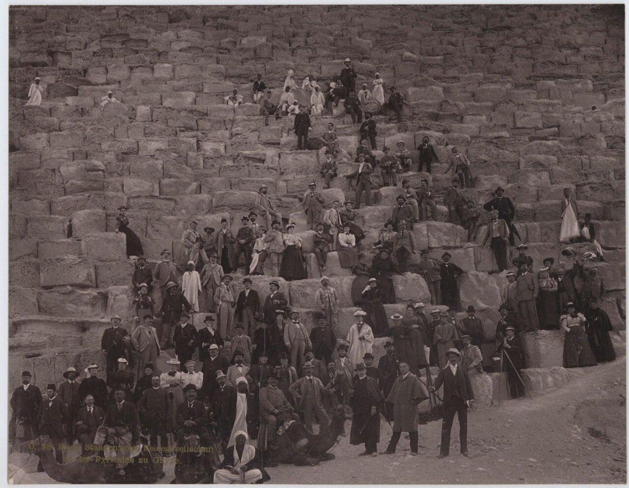Гиза. Группа у подножия Пирамид. 1895