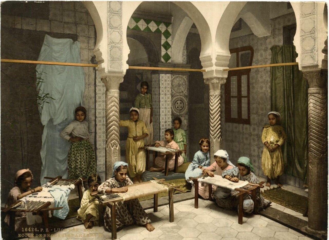 Вышивальщицы