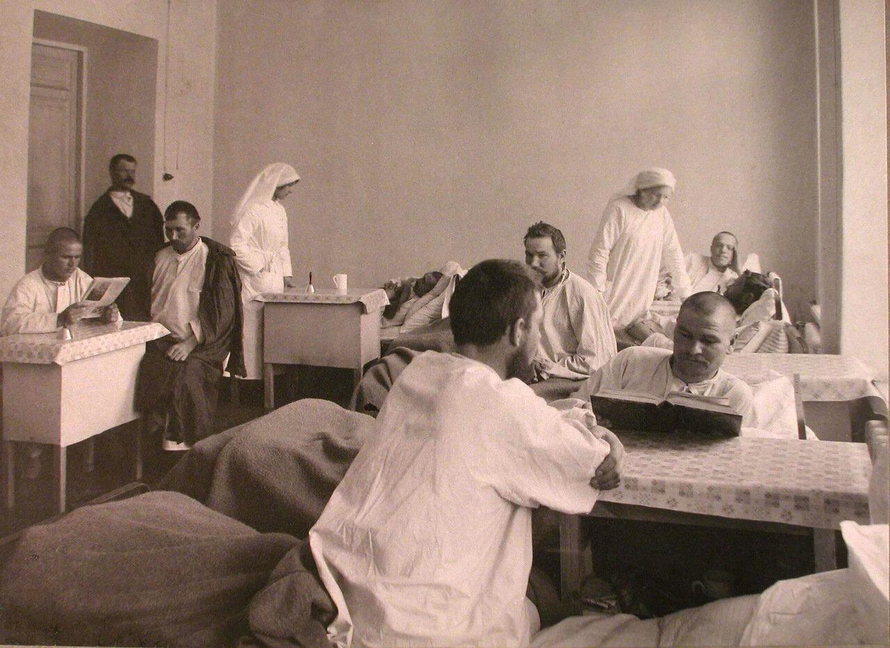 24. Раненые и сестры милосердия в одной из палат лазарета при Женском медицинском институте